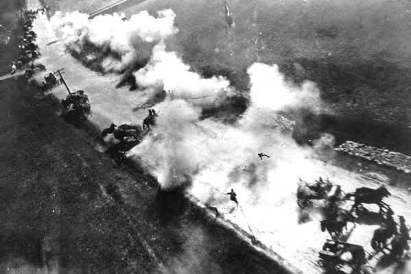 Ил-2 атакует немецкую колонну.